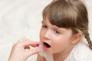 Помощь ребенку при рвоте и головной боли: действия родителей при жалобах на тошноту